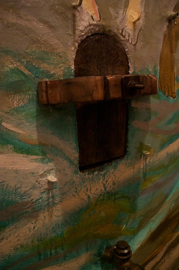 Palacio_mural_tank_door